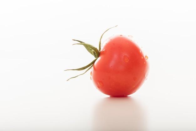 Крупным планом свежий помидор с копией пространства