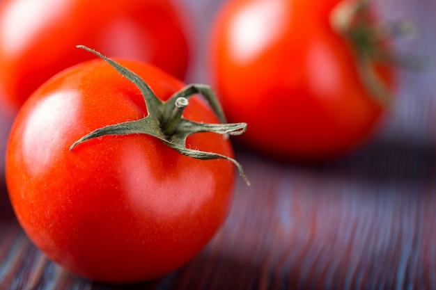 木材の背景に新鮮なトマトのクローズアップ
