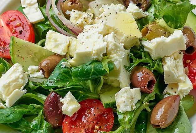 Крупным планом салат из свежих овощей с греческим сыром