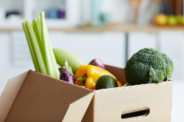 段ボール箱の新鮮な野菜のクローズアップ