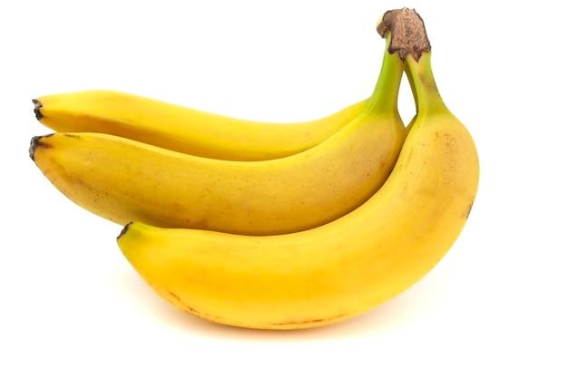 Крупный план свежих желтых бананов, изолированные на белом фоне.