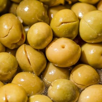 Крупный план свежих желтых оливок