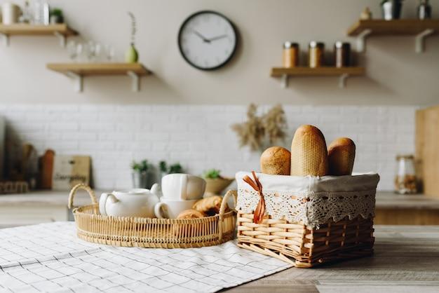 台所のテーブルで焼きたてのパンのクローズアップ