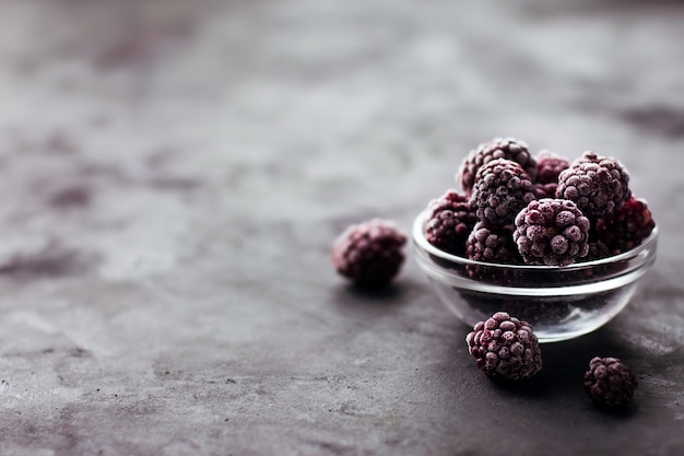 Крупным планом замороженной ежевики на темном фоне здоровое питание витамины закуска десерт