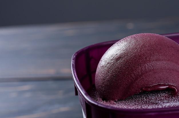 Крупный план замороженных бразильских асаи в фиолетовой коробке.