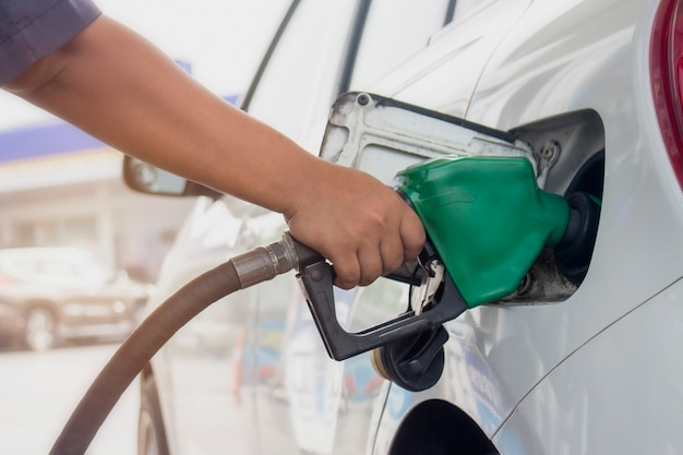 ガソリンスタンドで石油を車両に燃料補給する燃料監視システムのクローズアップ。