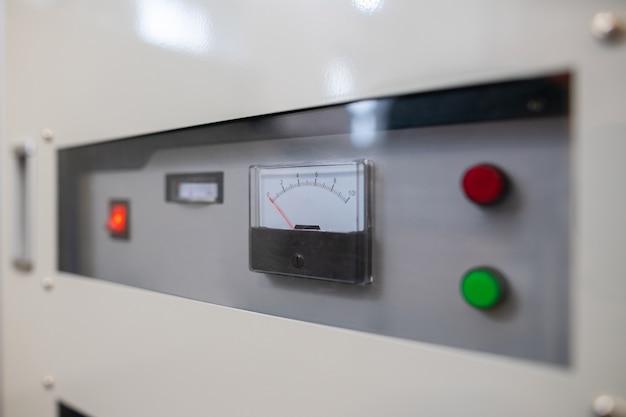 퓨즈 박스 미터와 산업 공장 기계의 스위치를 닫습니다.