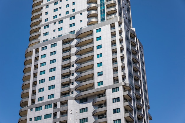 Закройте футуристический городской пейзаж небоскребов.