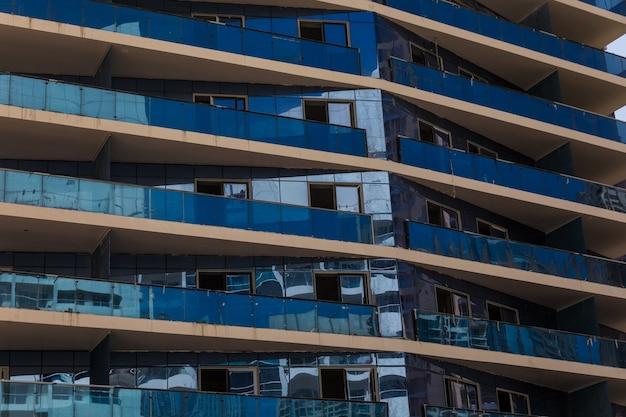 高層ビルの未来的な都市景観のクローズアップ。