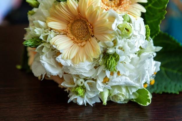 거베라와 파스텔 색상의 신부의 부드러운 꽃다발 닫습니다