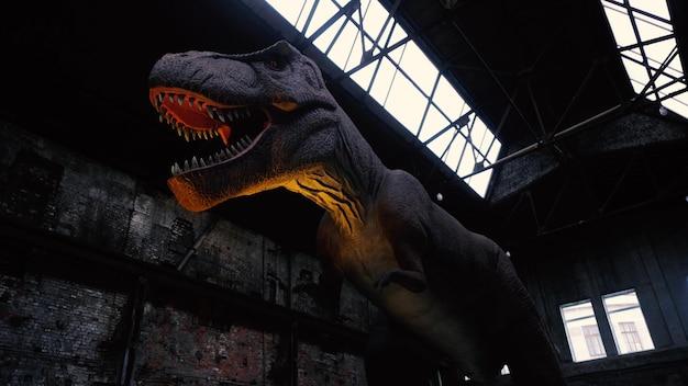 날카로운 이빨을 가진 거대한 티라노사우루스 공룡의 클로즈업