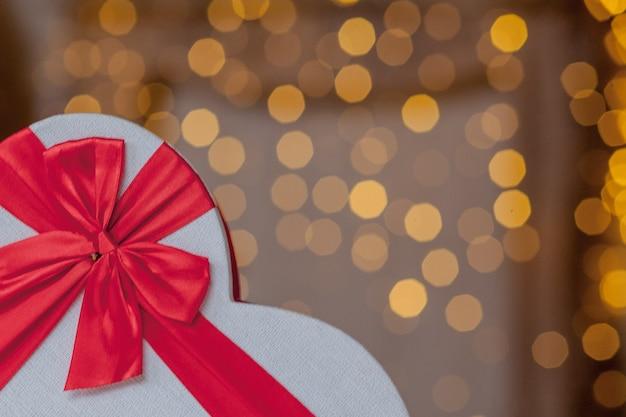 Закройте подарочные коробки в форме сердца. подарочные коробки в форме сердца на день святого валентина.