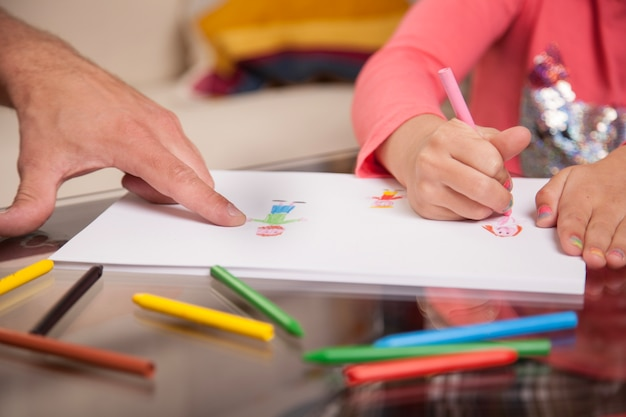 Крупный план девушки рисунок и ее отец указывая