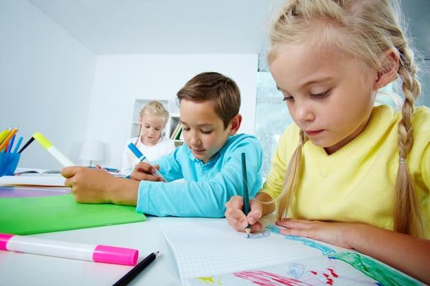 Крупным планом девушка рисования в записной книжке