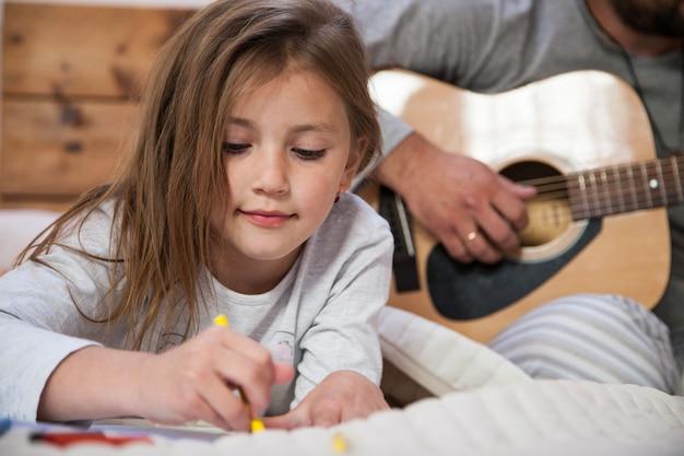 Крупный план девушки рисунок с отцом фона