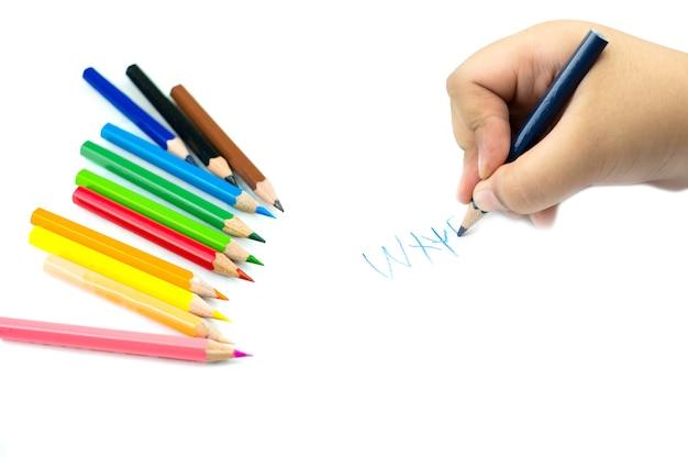흰색 메모장 종이에 손으로 영어 단어를 쓰는 연필로 여자 손 클로즈업