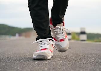 Закройте обувь девушки ходить
