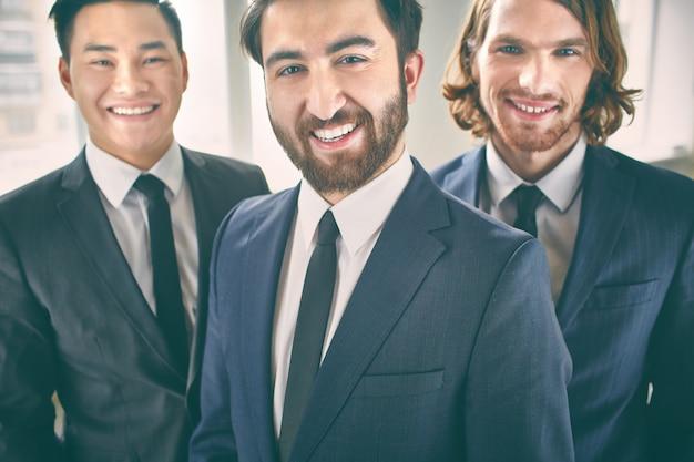 Крупным планом веселии предпринимателей
