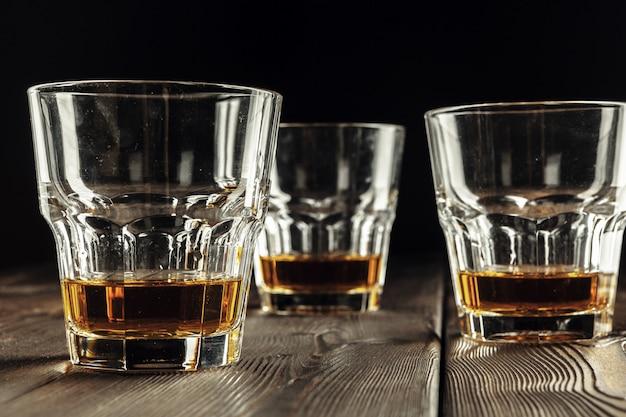 Крупный бокал с виски