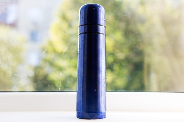 光沢のある青い魔法瓶のクローズアップ。