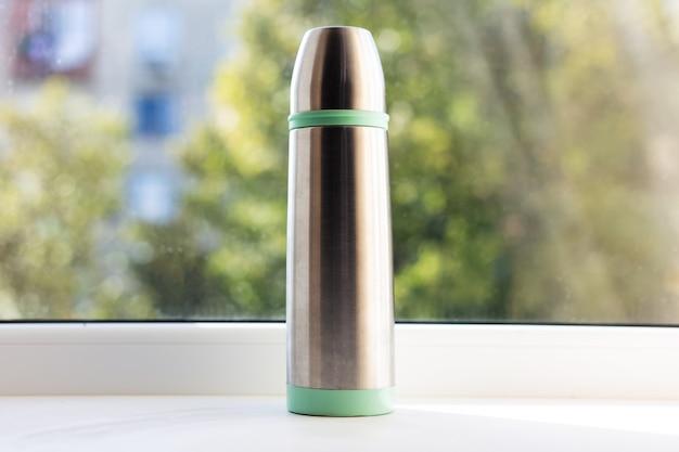 緑の魔法瓶で光沢のあるクローズアップ。