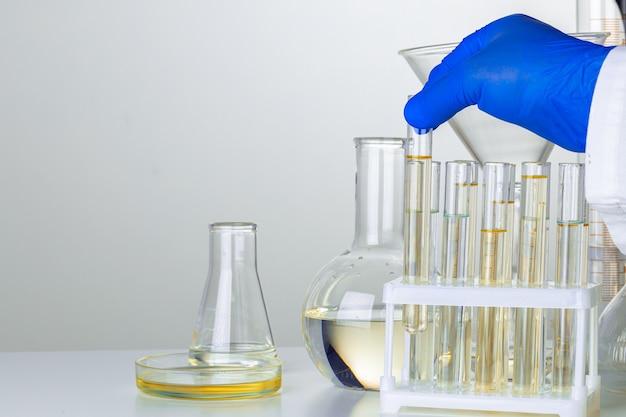 실험실 샘플을 사용하는 과학자의 장갑을 낀 손을 가까이