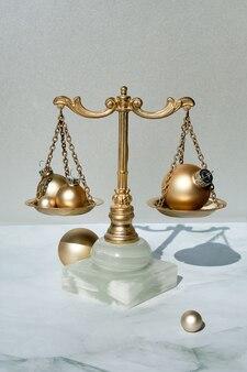クリスマスボールと金と大理石の装飾的なバランススケールのクローズアップ