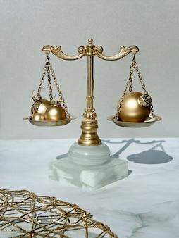 金色のクリスマスつまらないものと金と大理石の装飾的なバランススケールのクローズアップ