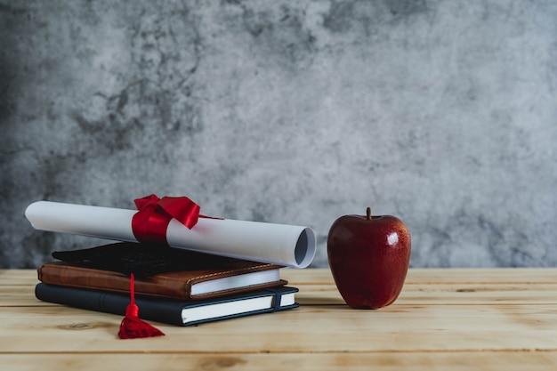 教育シーズンコンセプトの卒業のクローズアップ。