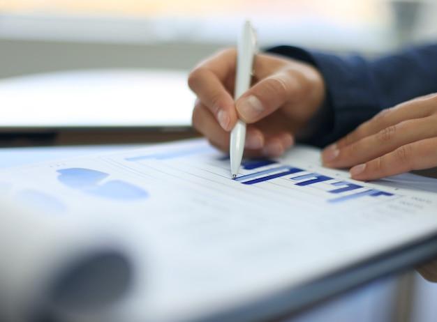 Крупный план графиков и диаграмм, проанализированных бизнес-леди