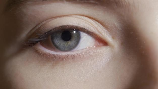 灰色の女性の目のクローズアップ