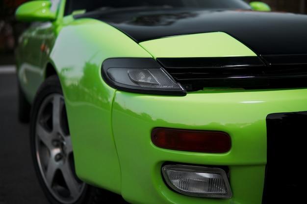 Закройте вверх зеленого и черного спортивного автомобиля. японский олдтаймер.