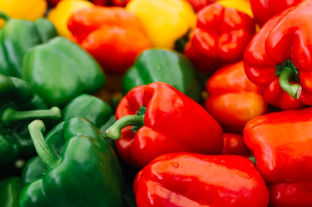 Крупный план зеленого и красного перца