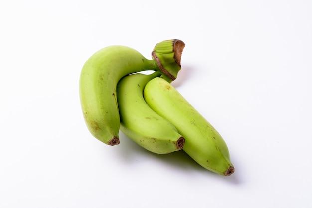 孤立した緑のバナナのクローズアップ