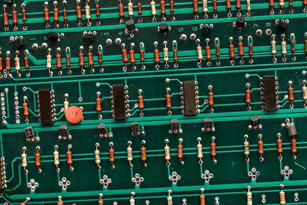 緑の電子回路基板のクローズアップ。