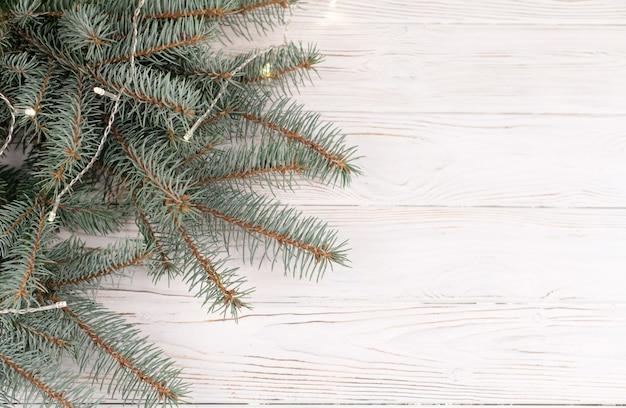 화이트 책상에 녹색 전나무 겨울 나뭇 가지의 클로즈업