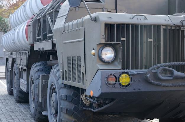 녹색 군 트럭의 클로즈업. 현대 군 수송 차량 기술