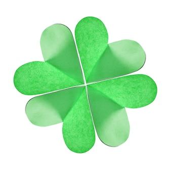 コピースペースのある白の色紙から手作りされた緑の天然クローバーの葉のクローズアップ。