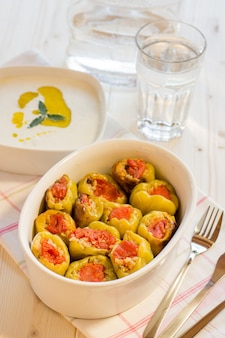 ご飯を詰めたピーマンのクローズアップ。トルコ料理