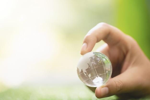 あなたの手の中の緑の惑星のクローズアップ。地球を救う。
