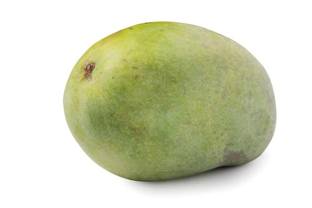 Закройте вверх зеленого спелого манго, изолированного на белом фоне таблицы, отсечения путь вырезать.