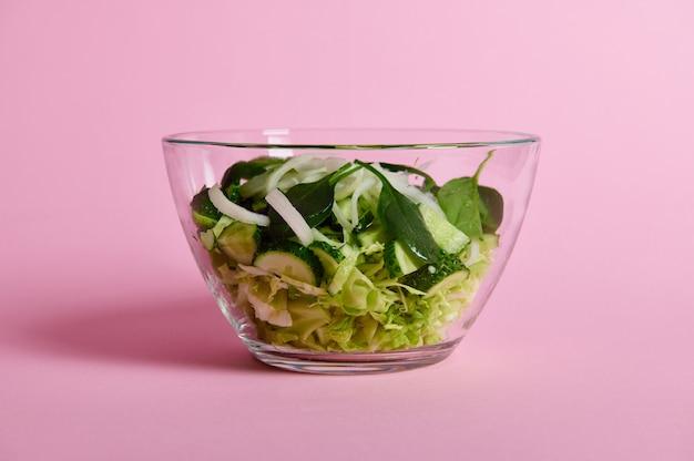 투명 유리 그릇에 허브, 양상추, 양배추, 오이와 그린 샐러드 닫습니다