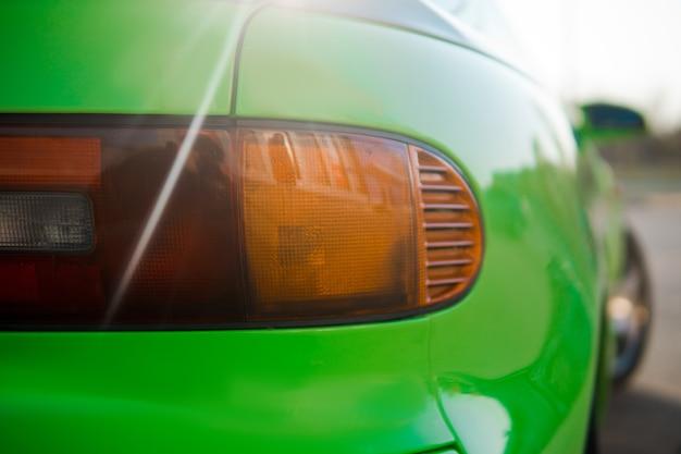 Закройте вверх зеленого спортивного автомобиля. японский олдтаймер.