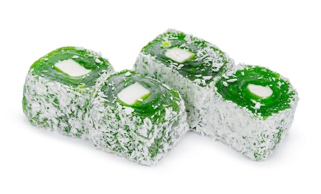 Крупным планом зеленые сладости рахат-лукум, изолированные на белом