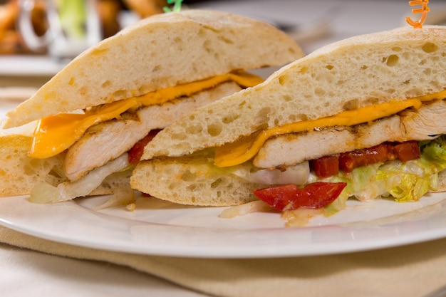 プレート上のグリルチキンチャバタロールサンドイッチのクローズアップ