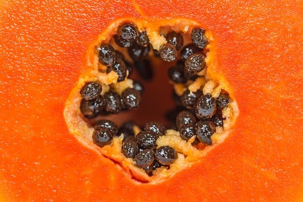 Крупный план папайи с черными семенами.