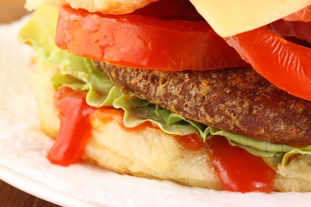 おいしいアイテムでいっぱいのハンバーガーのクローズアップ