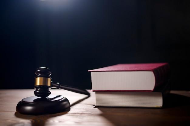 Судья молотком в зале суда крупным планом