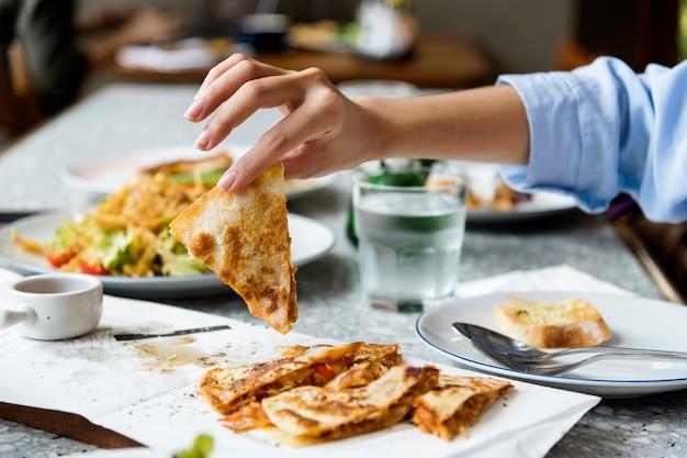 Закройте руки, наслаждаясь едой