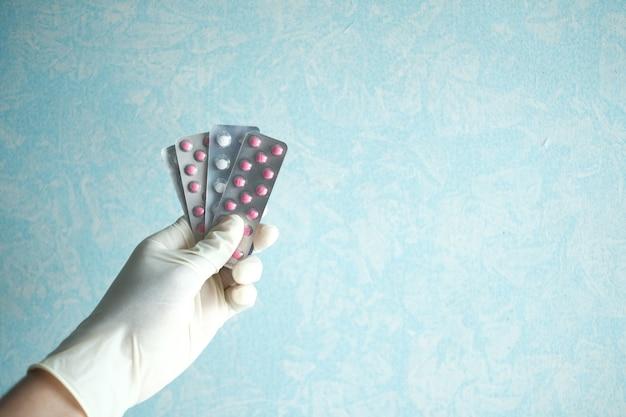 Крупным планом руки, держащей блистерные упаковки